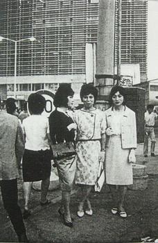 (30)新宿駅前の女装者(1964年6月) (2).jpg