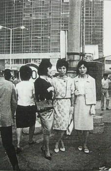 新宿駅前の女装者.jpg